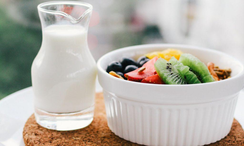 Zdravé raňajky - ovocie, mliečne produkty